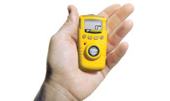 Mão segurando detector de gás GasAlert Extreme