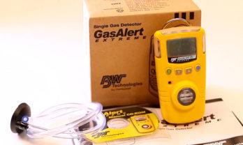 Caixa do detector de gás GasAlert Extreme com equipamento e acessórios.