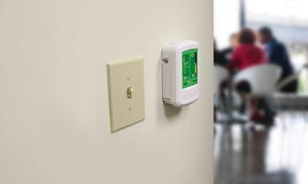 Monitor de qualidade do ar IAQPoint2 instalado e em uso.