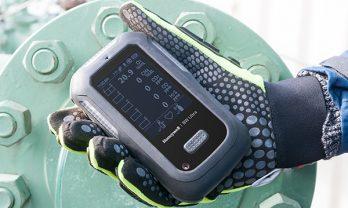 Detector de gás BW Ultra operado com luvas.
